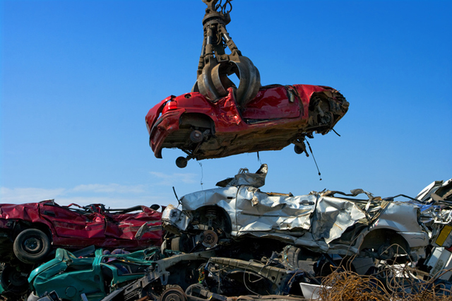 Voi non ritirate la mia vecchia auto in fermo come posso demolirla?